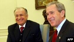 George Bush și fostul președinte al României Ion Iliescu în Biroul Oval, la Casa Albă, 28 octombrie 2003