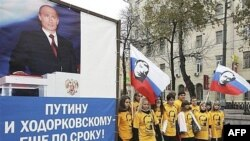 Ходорковский понимает, что у него есть могущественные враги в высших эшелонах власти и не очень рассчитывает на объективность судьи, считает мать заключенного бизнесмена. На фото: митинг прокремлевского молодежного движения, 2007 год