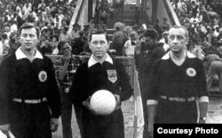 Марк Рафалов (оңдо) - «Даугава» менен «Ростсельмаш» клубдарынын матчынын калысы. 1967-жыл.