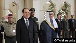 رئيسا الوزراء العراقي والكويتي في منصة الشرف بمطار الكويت