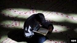 روز يكشنبه، بیست و یکم مهرماه، هفت تن از دراويش گنابادى در شهر اصفهان و پنج تن از آنان در شهر كرج دستگير شدند.