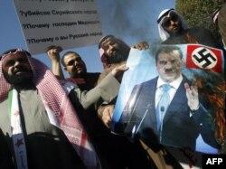 Күвәйт депутаты Вәлид Табтабай протест чарасында Русия президенты Дмитрий Медведев сурәтен яндыра