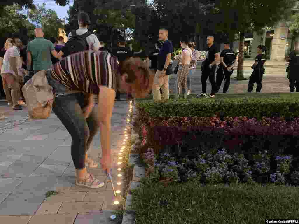 Aktivistkinje i aktivisti su simbolično upalili sveće za žrtve genocida.