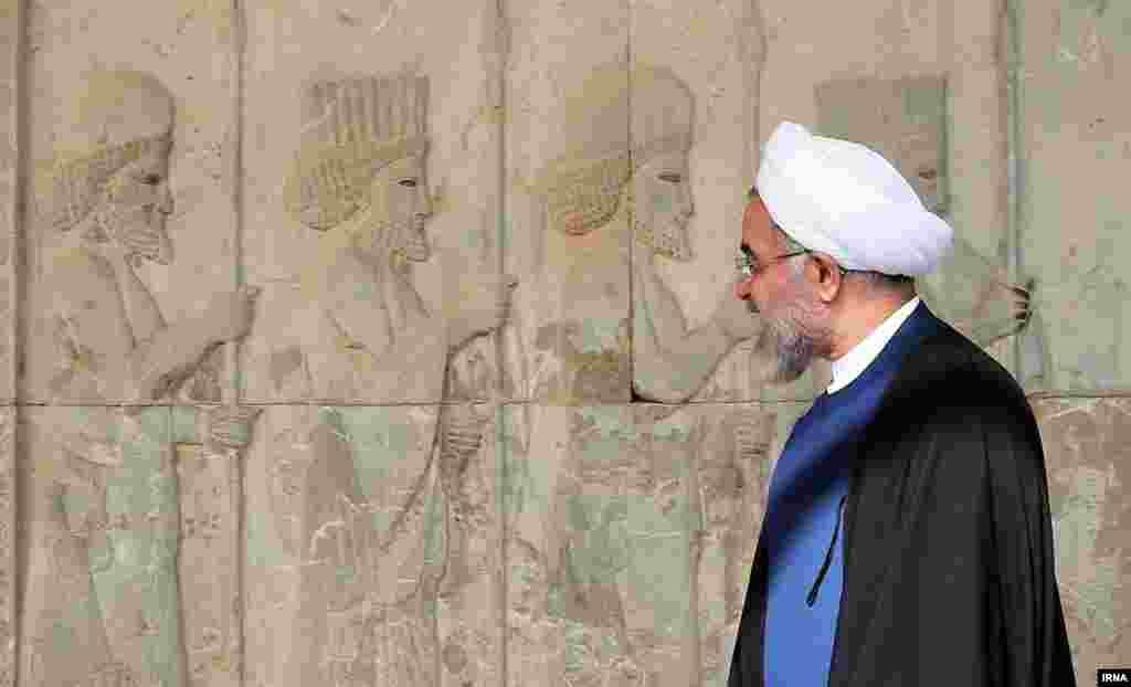 بازدید حسن روحانی از تخت جمشید در جریان سفر به شیراز