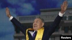 Президент Казахстана Нурсултан Назарбаев приветствует своих сторонников после объявления его победы на выборах. Астана, 27 апреля 2015 года.