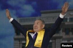 Сайлаудағы жеңісіне байланысты өткен митингіге келген Қазақстан президенті Нұрсұлтан Назарбаев. Астана, 27 сәуір 2015 жыл.