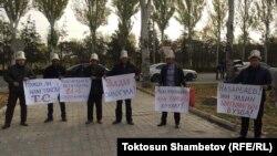 Участники мирной акции у здания посольства Казахстана. Бишкек, 26 октября 2017 года.