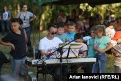 Marian Ungur înconjurat de coopii la Cineșeuti