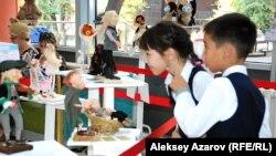 Дети на выставке «Art & Doll» в фойе театра. Алматы, 5 сентября 2014 года.