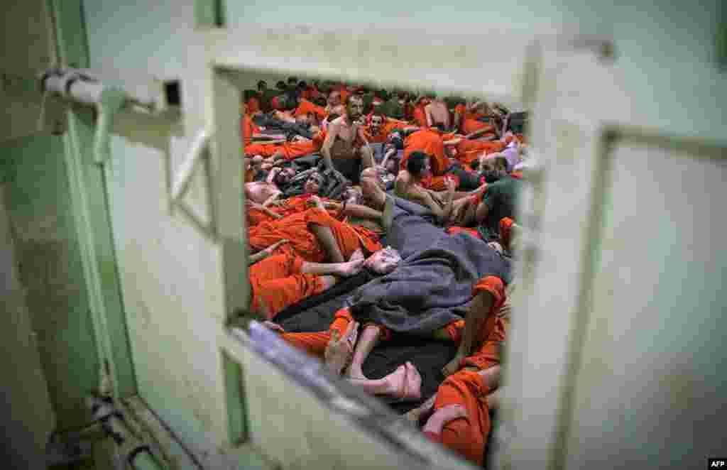 Тюрьма находится на северо-востоке Сирии. Несколько лет назад боевики ИГ удерживали под своим контролем значительные территории в Сирии и Ираке. Они утратили эти земли под натиском сил, поддерживаемых международной коалицией.