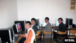 Ўзбекистондаги интернет кафелари ва компютер ўйинхоналарининг кунда-шундаси асосан вояга етмаганлардир.