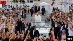 Papa doalzi u centar Tirane