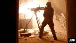 Украинский военнослужащий ведет обстрел в районе Авдеевки (архивный снимок)