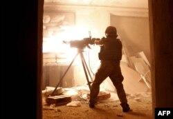 Війсоковослужбовець українських збройних сил веде бій із російськими гібридними силами в Авдіївці, що неподалік від окпованого Донецька. 26 червня 2016 року