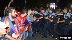 Ոստիկանությունը հեռացնում է ցուցարարներին, 12-ը սեպտեմբերի, 2015թ.