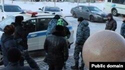 Активиста движения «Антигептил» Махамбета Абжана (в зеленом костюме) задерживают полицейские. Астана, 27 января 2014 года.