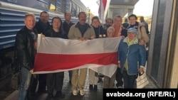 В'ячеслава Сівчика (по центру) зустрічають у Мінську, 15 вересня 2015 року