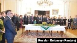 Personalul amabasadei ruse în Marea Britanie la o recepție găzduită de ambasadorul Aleksandr Iakovenko pentru cei 23 de diplomați expulzați, Londra 16 martie 2018