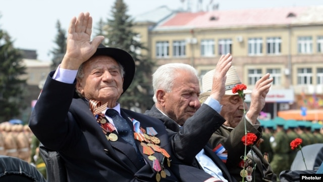 Armenia - Armenian veterans of World War Two take part in a Russian-Armenian military parade in Gyumri, 9May2014.