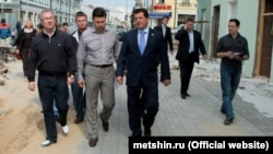Руслан Шакиров (в рубашке, первый ряд) шагает с мэром по улице Баумана. Казань, 2013 год.