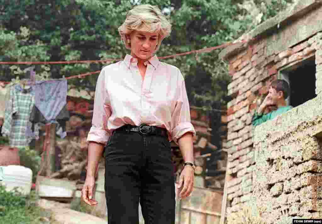 На фотографії за 10 серпня 1997 року принцеса Діана залишає будинок жертви наземної міни Мірцети Габеліц в останній день візиту в Сараєво.