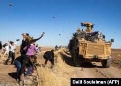 Курды на севере Сирии забрасывают камнями совместный российско-турецкий военный патруль. 8 ноября 2019 года