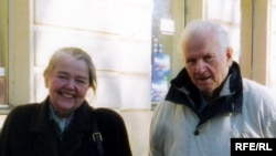 На здымку: Івонка Сурвіла і Васіль Быкаў. Прага, сакавік 2003 г.