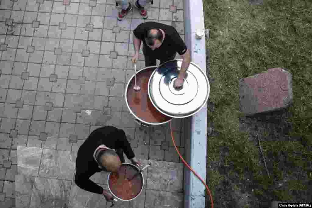 В соборной мечети Минска приготовили 70 литров супа. И это только первое блюдо.
