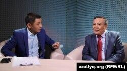 Қасым Аманжол (сол жақта) Азаттықтағы жер мәселесіне қатысты AzattyqLive хабарын жүргізіп отыр. 16 мамыр 2016 жыл.