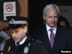 Джуліан Ассанж виходить із будівлі Високого суду Лондона раніше цього місяця