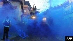 Архивска фотографија: Акција на бразилските вооружени сили против нарко-бандите во една фавела во Рио де Женеиро на 19 јуни 2011 година.