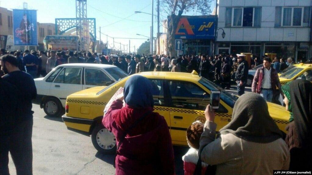 اعتراض به گرانی در شهر نیشابور (این تصویر در کانال های تلگرامی منتشر شده است).