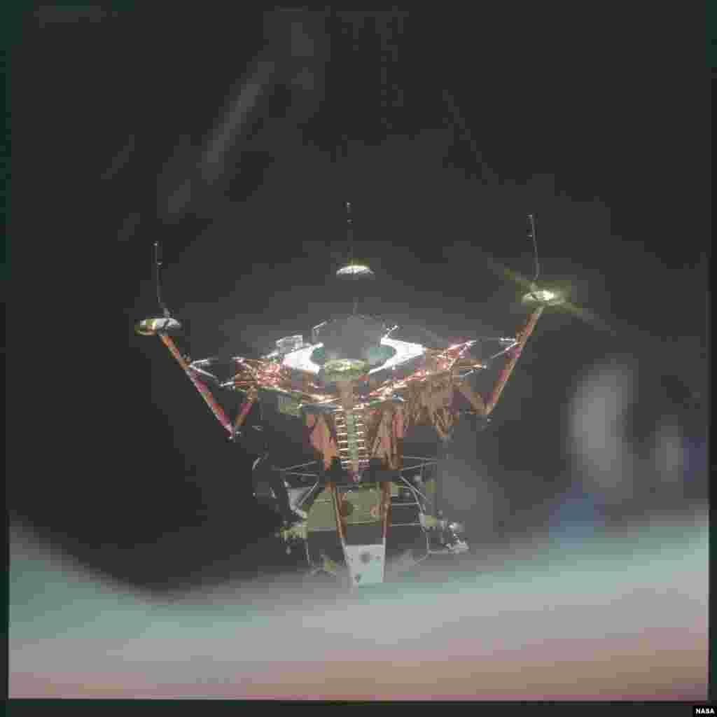 """За время программы было установлено множество рекордов. Один из них - самая высокая скорость, с которой когда-либо передвигался человек. Модуль экипажа """"Аполлона-13"""", возвращаясь домой, набрал скорость 39 897 километров в час."""