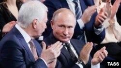 Представник Росії в Тристоронній контактній групі Борис Гризлов (л) разом із президентом Росії Володимиром Путіним, грудень 2018 року