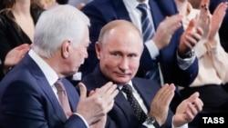 Глава делегації Росії на «Мінських» переговорах Борис Гризлов (ліворуч) і президент Росії Володимир Путін