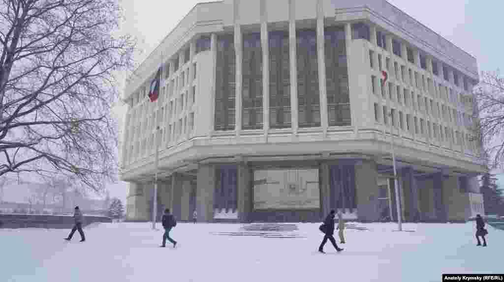 Qırım parlamenti binası qarşısında
