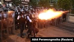 Полиция использует слезоточивый газ против демонстрантов в Гонконге.
