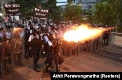 Полиция көзден жас ағызатын газ қолданып жатыр. Гонконг, 12 маусым 2019 жыл.