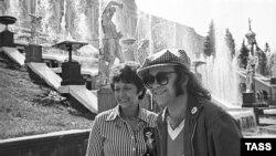 Элтон Джон 1979 елда Советлар Берлегенә әнисе белән килгән (Ленинград)