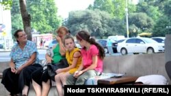 После того, как на прошлой неделе Сергей Багапш в ходе своей пресс-конференции с возмущением упомянул о распространенной в Тбилиси дезинформации – что он якобы собирается срочно вернуть в Абхазию сто тысяч грузинских беженцев, я нашел в Интернете и заново