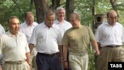 Президенты стран СНГ: Ислам Каримов (второй слева) и Аскар Акаев (первый справа).