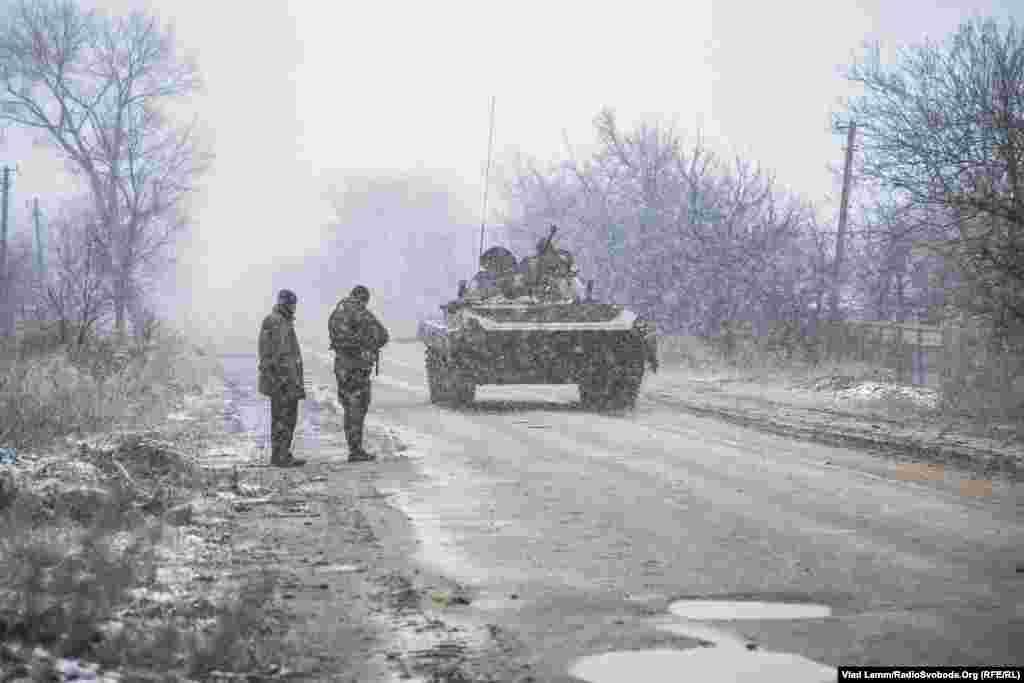 Військова техніка їде в бік селища Піски