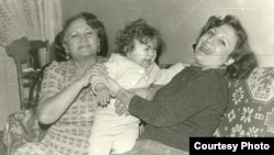 Лейла Юнус (оң жақта) кішкентай қызы Динара және анасымен бірге.