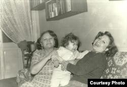 Лейла Юнус с дочерью Динарой и мамой (слева).