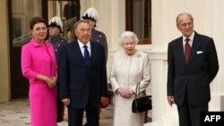 В 2015 году Нурсултан Назарбаев (тогда он был президентом Казахстана) приехал в Великобританию в сопровождении старшей дочери Дариги Назарбаевой, которая была назначена премьер-министром двумя месяцами ранее. На фото (слева направо): Дарига Назарбаева, президент Казахстана Нурсултан Назарбаев, королева Великобритании Елизавета II и принц Филипп в Букингемском дворце. Лондон, 4 ноября 2015 года.