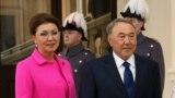 Нурсултан Назарбаев в бытность президентом Казахстана и его старшая дочь Дарига Назарбаева, на тот момент вице-премьер, во время визита в Лондон. 4 ноября 2015 года.