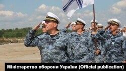 Репетиція параду на аеродромі під Києвом, 7 серпня 2018 року, першим йде капітан 1 рангу Ростислав Шаров, фото Міністерства оборони