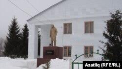 Мәдәният йорты каршында Ленин һәйкәле