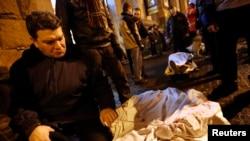 Отец держит за руку погибшего сына. Киев, 20 февраля 2014 года