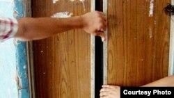 Лифттер көп учурда иштебей калып, кол менен ачууга туура келет